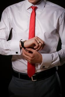 男は時計をつけています