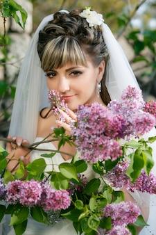 白いドレスを着た美しい花嫁。プロのメイクアップとヘアスタイル。