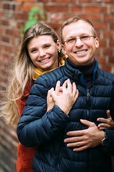 旧市街を歩く観光客のカップルを愛しています。休暇、秋、休日、観光:概念。