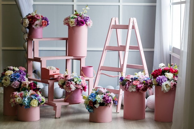 カラフルな偽の花のある部屋