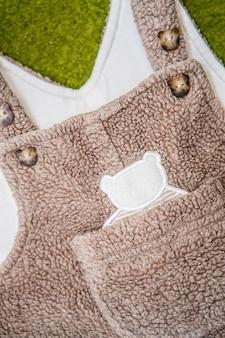 茶色の赤ちゃんジャンプスーツのクローズアップ