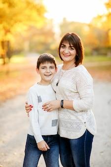 秋の公園で母と息子の肖像画