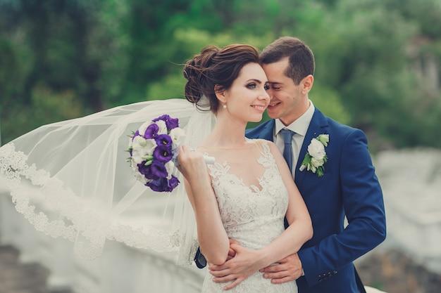 結婚式の日に若いカップルの肖像画