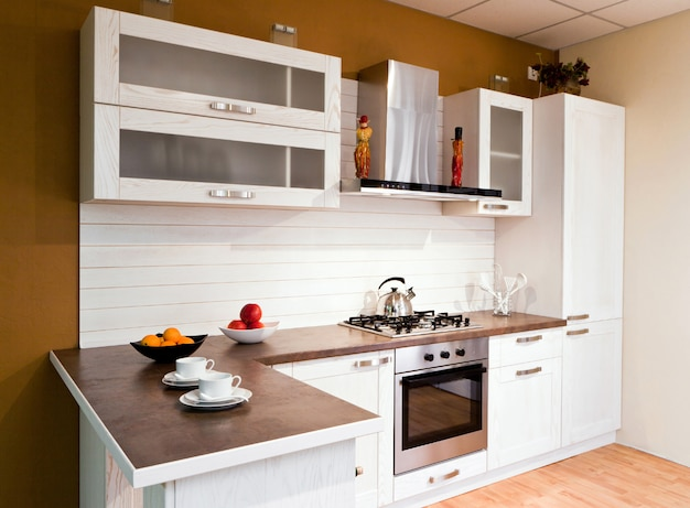 モダンな電化製品を備えた豪華な新しい白いキッチン