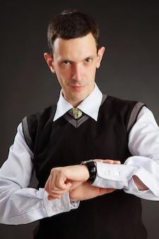 実業家は彼の時計を見ています。