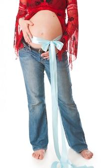 黒い髪と黒い目のメイクアップと若い笑顔妊娠中の女性。