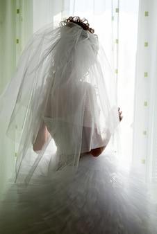 花嫁は結婚式の日、窓の外に見えます
