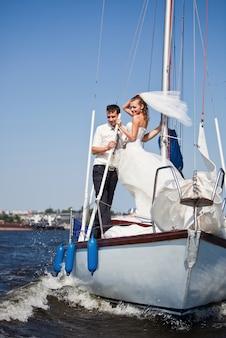 幸せな新郎新婦の高級ヨット。