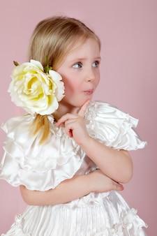 ピンクの驚いた少女の肖像画