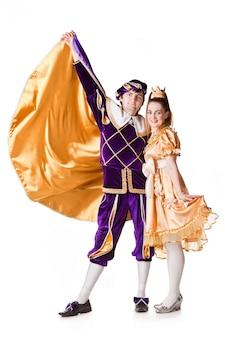 ハロウィンコスチューム、ガウンを身に着けている王女、彼女の後ろに王子。スタジオ、白を分離しました。