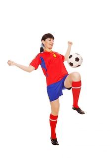 白い背景で隔離のサッカーボールを持つ少女