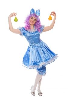 白い背景で隔離の梨とマルビナブルーのドレスでかわいい女の子