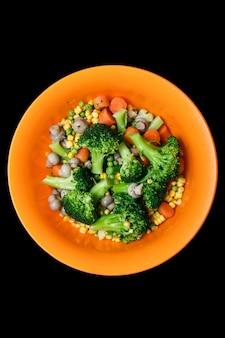 蒸し野菜-ニンジン、ブロッコリー、コショウ、エンドウ豆