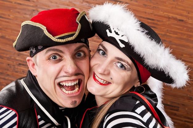 海賊。海賊のスーツを着た男と女の肖像画をクローズアップ