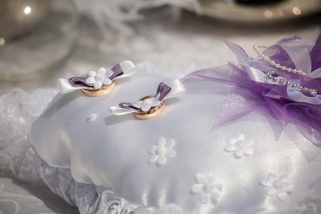 結婚指輪は小さな枕の上にあります