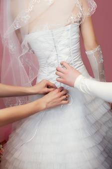 花嫁のドレスのディテールを留める