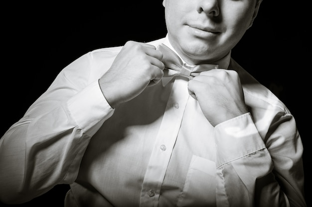 男はネクタイを修正します