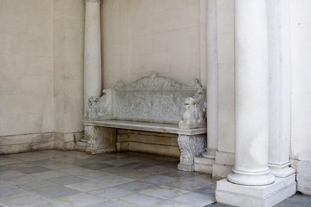 古い城、リヴァディア宮殿の大理石のベンチ