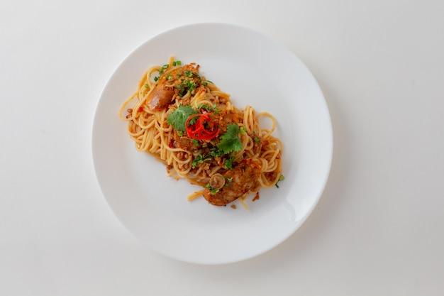 分離されたタイのソーセージとスパイシーなスパゲッティ