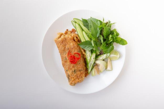 スパイシーミンチポークサラダ卵団子野菜添え。タイ料理分離白