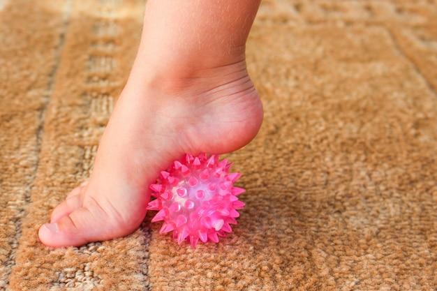 子供たちは足裏マッサージボールで運動します