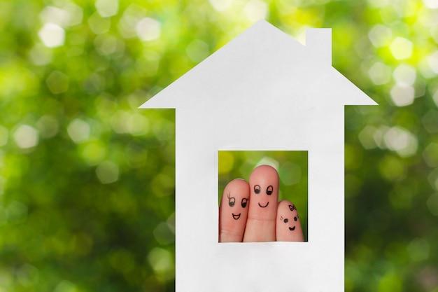 家族の指アート。家の外を見ている家族