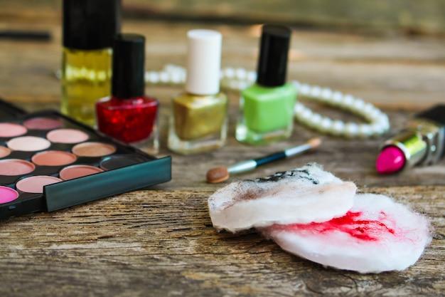 綿棒は、化粧の残り物で顔をきれいにします。上面図。