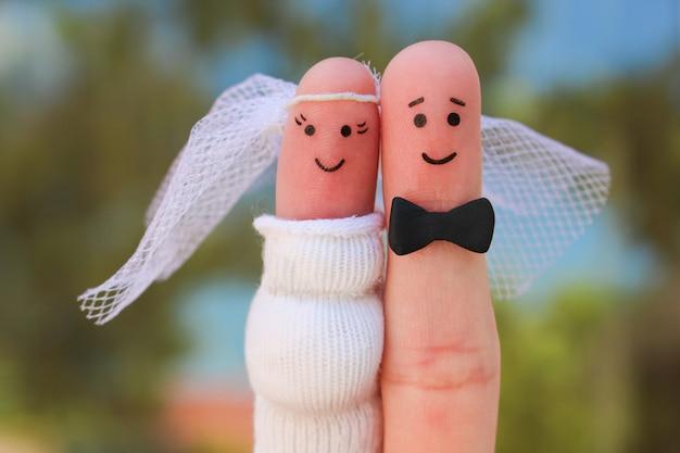 幸せなカップルの指アート、散弾銃の結婚式のコンセプト、女性は妊娠中であり、男は結婚する必要があります。