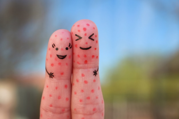 問題のある肌を持つカップルの指アート。