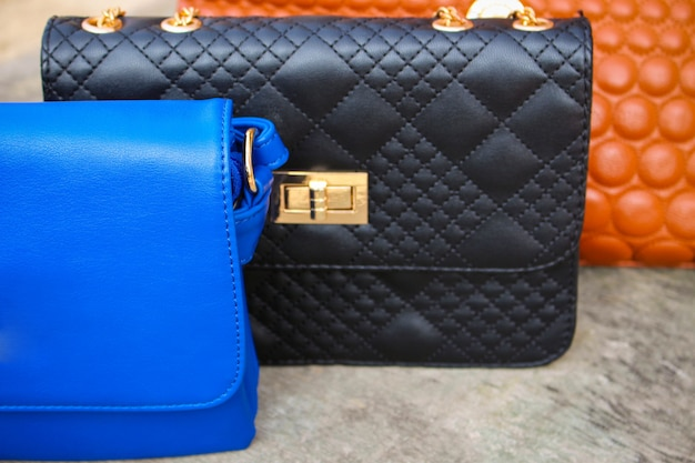 色付きのハンドバッグのクローズアップ