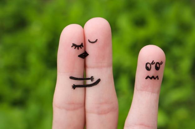 幸せなカップルがキスをし、ハグします。女の子は嫉妬と怒りです。