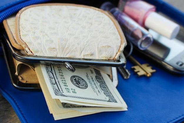 ブルーの女性用財布。開いている女性のハンドバッグからのもの。