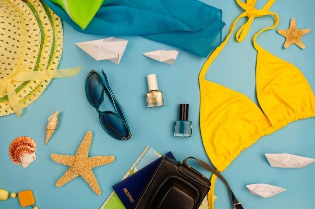 Летние аксессуары и предметы для путешествий на голубом