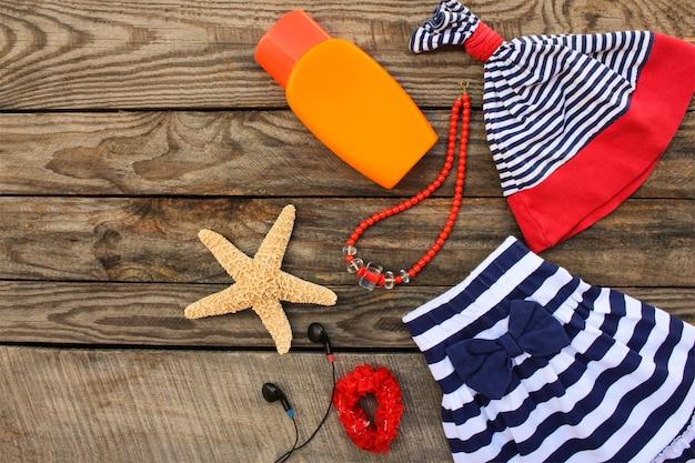 海の休日のための夏の子供服とビーチアクセサリー