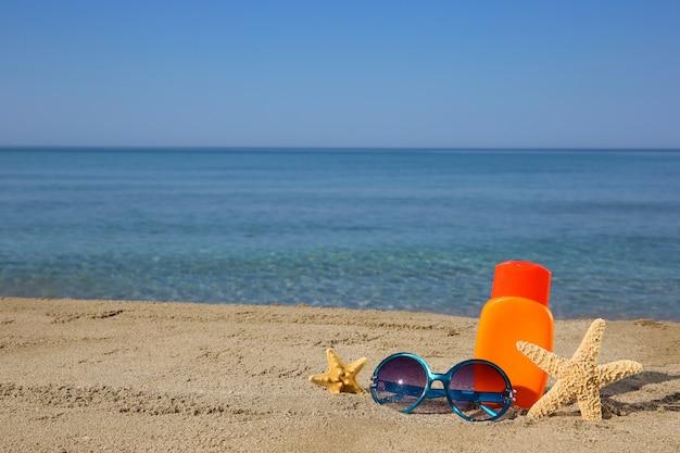ビーチで夏の女性のアクセサリー。