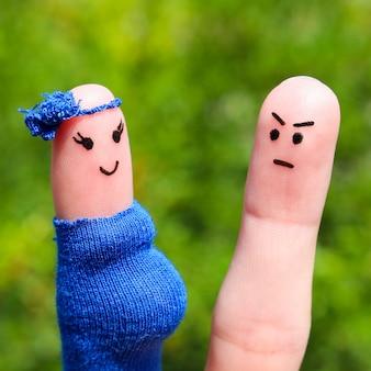 指に描かれた顔。女性が妊娠しているために男性が動揺した