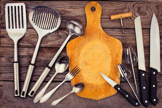 木製の背景に台所用品。