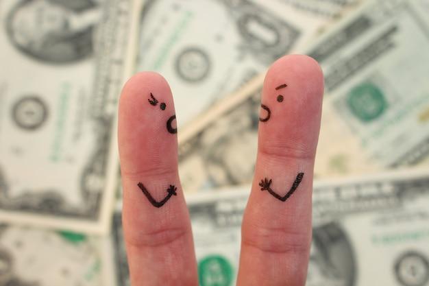 ぼやけたお金が付いているカップルの指アート。男と女がお互いに叫んでの概念。