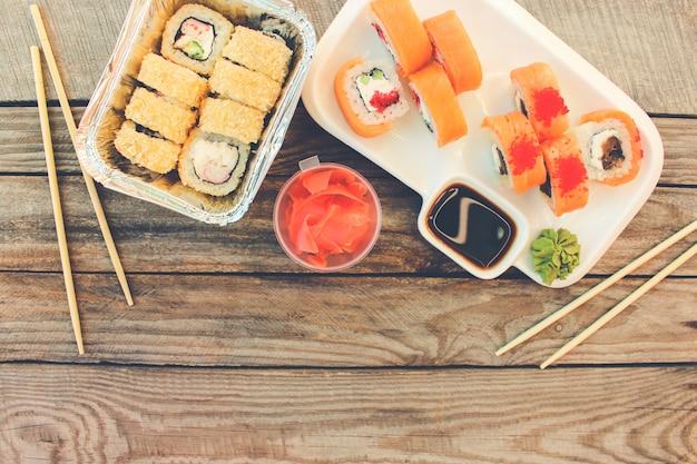 テーブルの上の日本食