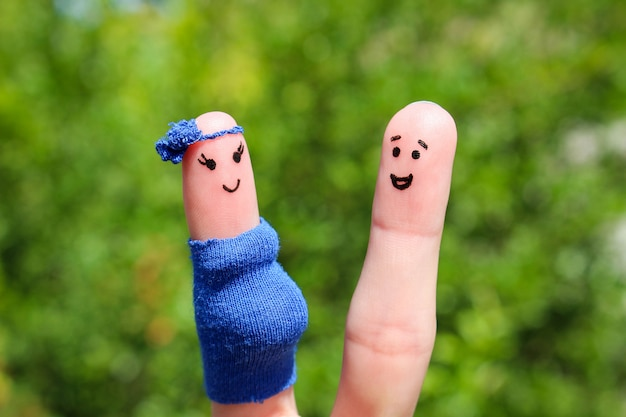 幸せなカップルの指アート。女性は妊娠しています。