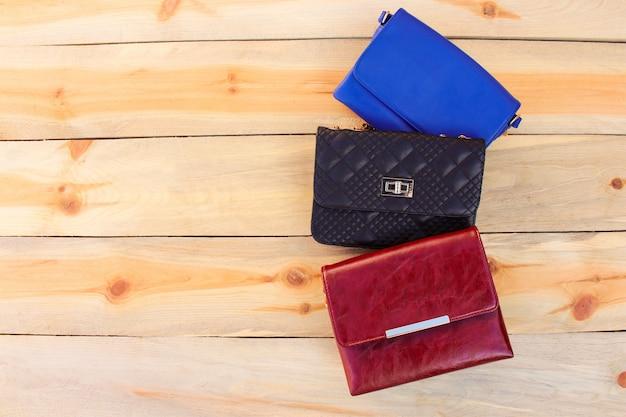 木製の背景に色のハンドバッグ