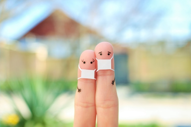 フェイスマスクとカップルの指アート。