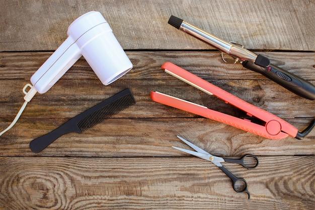 Аксессуары для волос на старой деревянной предпосылке.