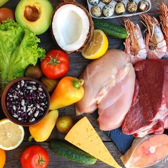 古い木製のテーブルで健康食品。適切な栄養の概念。上面図。フラット横たわっていた。