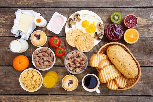 Здоровая пища на старом деревянном фоне