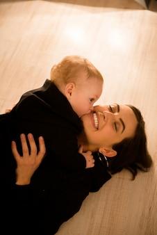 母とかわいい元気な子は屋内で遊ぶ。