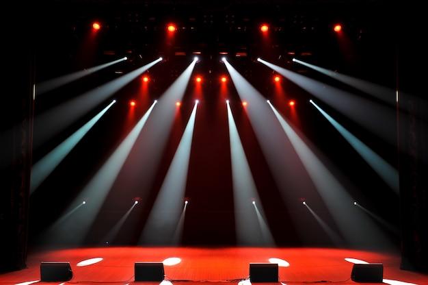 ライト、照明装置を備えた無料のステージ。バックグラウンド。