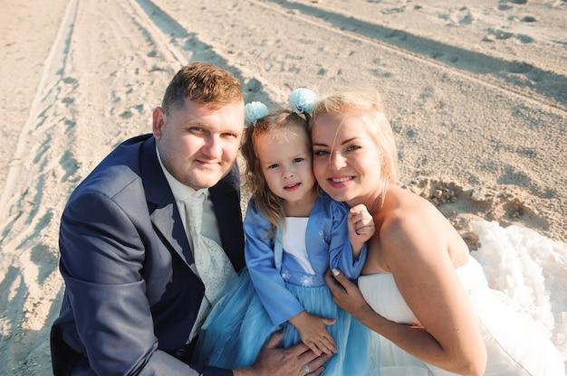 日の出-子母と父のビーチで幸せな家族