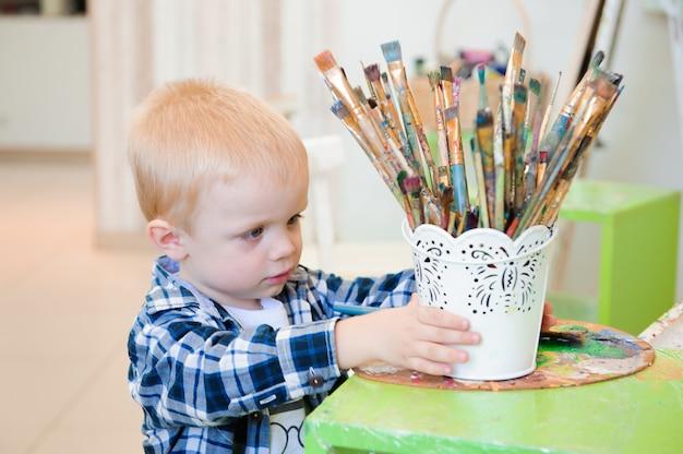 母と子が絵を描く、アートレッスン