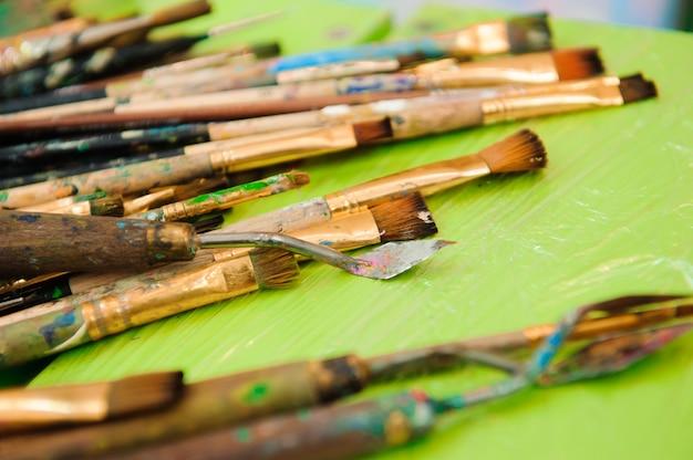 使用済みのペイントパレット、水彩、ブラシ-アートレッスン